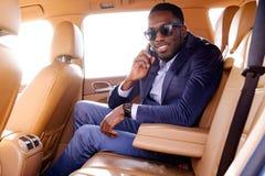 Blackman in een kostuum in de auto royalty-vrije stock afbeeldingen