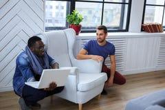 Blackman en het witte kerel warking met laptop royalty-vrije stock afbeelding
