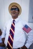 Blackman med USA-flaggan ler på Joe Biden Rally, Las Vegas, NV , Oktober 13, 2016 Arkivbild