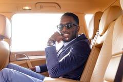 Blackman w kostiumu w samochodzie fotografia stock