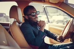 Blackman in zonnebril die een auto drijven royalty-vrije stock foto's