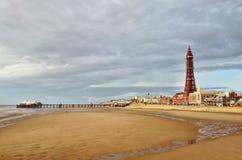 Blackpool-Kontrollturm und Pier, angesehen über den Sanden. Lizenzfreies Stockbild