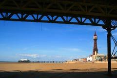 Blackpool-Kontrollturm von unterhalb des zentralen Piers lizenzfreie stockbilder