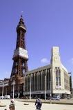 Blackpool-Turm, der majestätisch über benachbarte Gebäude hochragt Stockbilder