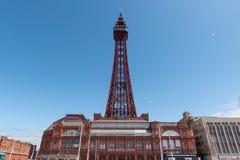 BLACKPOOL, UK, CZERWIEC 30 2019: Krajobrazowa orientacji fotografia dokumentuje Blackpool wierza pod jasnym niebieskim niebem zdjęcie stock