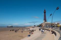 BLACKPOOL UK, JUNI 30 2019: Ett fotografi som dokumenterar sikten som ser norr längs sjösidan in mot det Blackpool tornet från arkivfoton