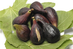 Blacks ripe figs with leaves. Plate of ripe figs blacks with green leaves Stock Photos