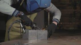 Blacksmith żelazo w zwolnionym tempie przy jego warsztatem i, zakończenie zbiory