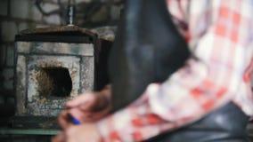 Blacksmith на работе Делать огонь в небольшой печи акции видеоматериалы
