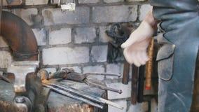 Blacksmith на работе Инструменты на своем месте для работы видеоматериал