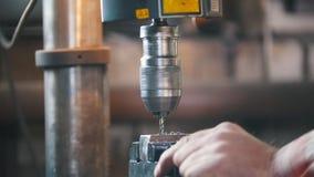 Blacksmith на работе Машина электрического сверлильного аппарата, shavings летая металла сток-видео
