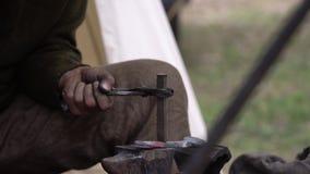 Blacksmith fałszuje gorącego metal outdoors w jego warsztacie Rzemieślnik ręki skucia metal outside zdjęcie wideo