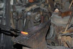 Blacksmith fałszuje gorącego metalu młot Zdjęcia Stock