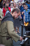 Blacksmith fałszuje rzecz na kowadle