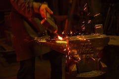 Blacksmith forfing gorącego żelazo zdjęcia royalty free