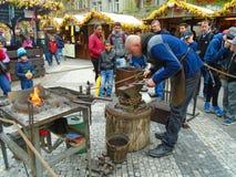 Blacksmith i stara blacksmith praca przy Wielkanocnymi rynkami Praga, republika czech, Obraz Royalty Free