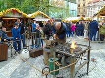 Blacksmith i stara blacksmith praca przy Wielkanocnymi rynkami Praga, republika czech, Fotografia Stock