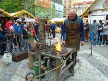 Blacksmith i stara blacksmith praca przy Wielkanocnymi rynkami Praga, republika czech, Obraz Stock