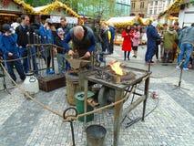 Blacksmith i stara blacksmith praca przy Wielkanocnymi rynkami Praga, republika czech, Zdjęcia Royalty Free