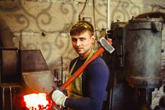 Blacksmith jest przy kuźnią obrazy royalty free