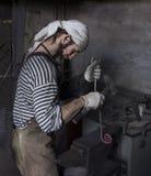 Blacksmith kuźni szczegół Blacksmith pracuje outdoors Mistrzowski w zdjęcie royalty free