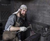 Blacksmith kuźni szczegół Blacksmith pracuje outdoors Mistrzowski w obrazy royalty free