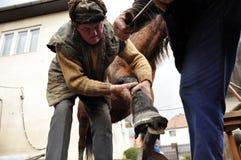 Blacksmith kuje konia Zdjęcia Stock