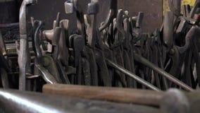 Blacksmith narzędzia w warsztacie zbiory wideo