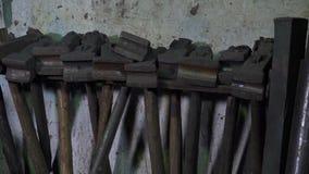 Blacksmith narzędzia w warsztacie zdjęcie wideo