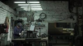 Blacksmith Pracuje Na Jego nowym produkcie W Jego warsztacie zbiory wideo