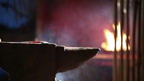 Blacksmith Pracuje na kowadle zbiory wideo