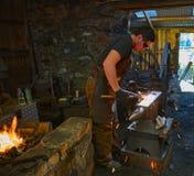 Blacksmith pracuje przy Finch formiernią obraz royalty free