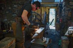 Blacksmith pracuje przy Finch formiernią zdjęcia royalty free