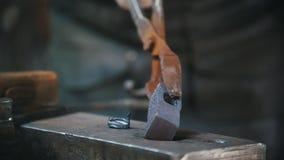 Blacksmith pracuje z młotem na kowadle, mężczyzna bierze workpiece nowy młot, rzemiosło zdjęcie wideo