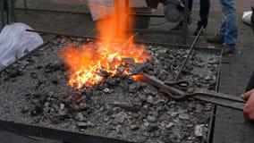 Blacksmith pracuje z stopionym żelazem zbiory wideo
