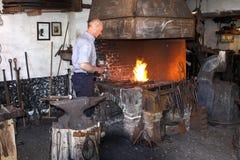 Blacksmith Przy pracą W jego kuźni Fotografia Royalty Free