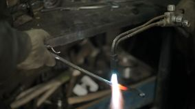 Blacksmith przy pracą w jego warsztacie zbiory wideo