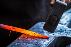 Blacksmith przy pracą w kowadle Obrazy Royalty Free