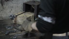 Blacksmith przygotowywać dla pracy na kwiacie zbiory