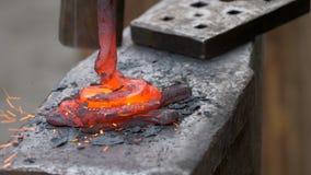 Blacksmith ręcznie skucie stopiony metal na kowadle w smithy zbiory wideo