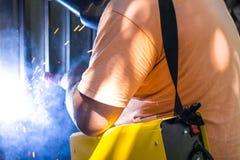 Blacksmith robi lutowi Iskry elektryczny spaw fotografia stock