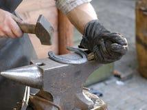 Blacksmith robi podkowie Fotografia Stock