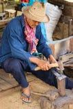 Blacksmith skucie żelazny kawałek na kowadle Obraz Royalty Free