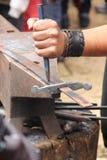 Blacksmith skucie kordzik Zdjęcie Royalty Free
