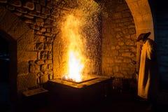 Blacksmith skucie w tradycyjnym sposobie, jak w przeszłości zdjęcie stock