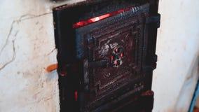 Blacksmith używa starą łopatę podsycać w górę płomieni wśrodku węglowej kuźni dla pracującego metalu zbiory