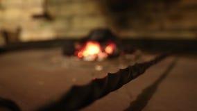 Blacksmith używa starą łopatę podsycać w górę płomieni wśrodku węglowej kuźni dla pracującego metalu zdjęcie wideo