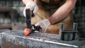 Blacksmith w kuźni metalu warsztat - chylenia żelaza narzędzia - zbiory wideo