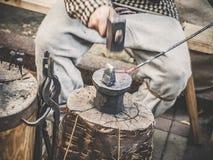 Blacksmith w procesie produkcji metali produkty handmade na openair warsztacie Blacksmith strajki z a fotografia stock