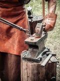 Blacksmith w procesie produkcji metali produkty handmade na openair warsztacie Blacksmith strajki z a obrazy royalty free